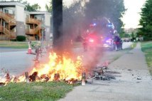 Ferguson - Un incendio distrugge il memoriale di Michael Brown